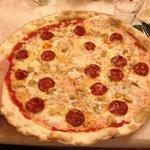 Pizza 4 formaggi, funghi porcini e salame piccante
