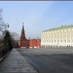 Вид на башню и  вход на территорию Кремля.