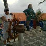 Estatua del pirata Morgan y su tripulante