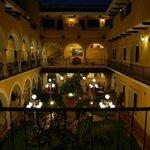 холл, внутренний двор в ночное время