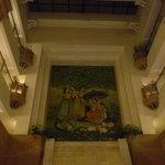 ホテルのロビーは吹き抜けで綺麗な壁画があります。