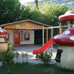 Детская площадка и здание мини-клуба отеля Club Bella Sun Hotel