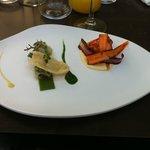Lotte et moules, jus de coriandre et gelée de persil, carottes craquantes et en purée