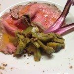 Roast-beef con carciofi saltati con nocciola e burro .