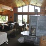 le coin salle à manger et cheminée