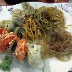sushi, ravioli al vapore, spaghetti di soia e spaghetti di riso
