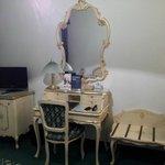 hermosos muebles en la habitacion