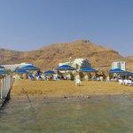 Пляж отеля Оазис и Спа клуб.