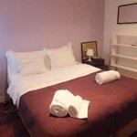 la chambre avec grand lit donnant sur la rue de l'appart