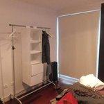 chambre à grand lit, pas de placard, pas de volet et chauffage d'appoint uniquement!
