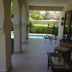 vue sur la piscine privative depuis notre terrasse