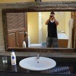 Waschbeckenbereich mit extra grossem Spiegel