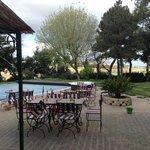 il giardino con la piscina vista colline e mare