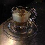 Cappuccino al vetro con tartufo fresco