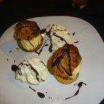Profiteroles con exquisita salsa de chocolate!