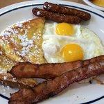 Oeufs au plat, sausage, bacon et pain perdu.