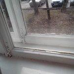 старые окна, которых не коснулся ремонт