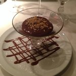 Mousse au chocolat mit Nusssplittern