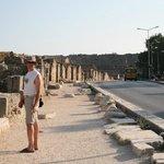 Амфитеатр виден на протяжении всей дороги, проходящей вдоль исторического центра Сиде