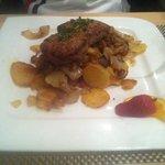 Individueller Rumpsteakburger mit Füllung von Bratkartoffeln & gerösteter Zwiebeln