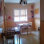 sala pranzo (comprensiva di due tavoli fruibili, 1 con riviste e brochures)