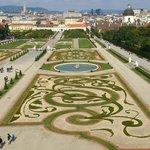 宮殿内からみた庭園。