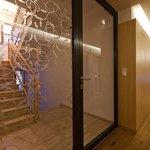 Lobby-Bereich, Aufgang zu den Zimmern