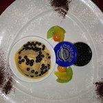 Schokoladenkaviar mit Karamelleis auf Eierlikörcreme