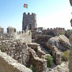 Bandeira de Portugal tremulando no ponto mais alto do Castelo dos Mouros
