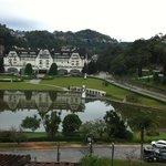 Vista para o lago e o Palácio Quitandinha desde o hotel.