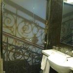 Baño con la puerta de vidrio cerrada