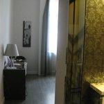 Habitación desde la puerta con el baño a la derecha