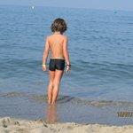 Agua del mar limpia y calmada