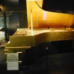 pianoforte oro Elvis