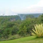 Vista dal giardino del Victoria Falls Hotel