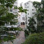 вид на католических храм с территрии парка