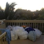 Last guests' laundry and garbage at our entrance upon arrival; still there in morning.