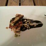 Cordero con queso y calabacin a la plancha y salsa de yogur con tinta de calamar