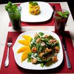 Салат Манго с креветками и шпинатом