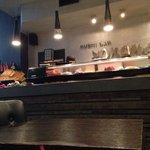 Il bancone a vista dove viene preparato il sushi