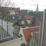la veduta dei tetti dalla finestra della stanza