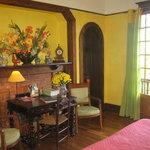 Chambre Jaune avec salle de bains et wc attenants, et son balcon avec vue panoramique sur les Py