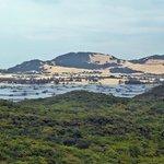 Aussicht von einer Inselanhöhe auf ein Teil des Fischerigebietes und die Sanddünen