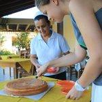 утренний пирог разрезаем с хозяйкой
