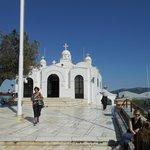Die kleine Sankt-Georgs-Kapelle auf dem Berggipfel
