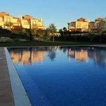 Atardecer con las villas al fondo desde la piscina.