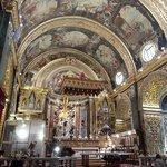Cathedrale von innen mit Blick auf Altar