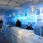 bar con lampadari di ghiaccio