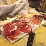 tagliere di formaggi e affettati