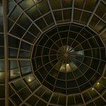 Het glasplafond in de lounge van het hotel